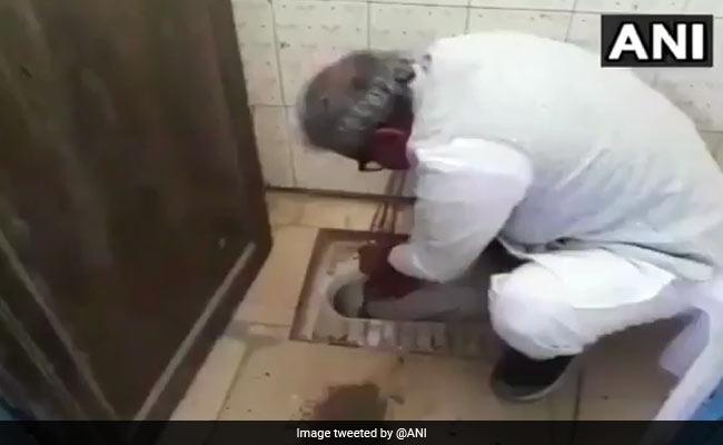 बीजेपी सांसद जनार्दन मिश्र ने खुद साफ किया सरकारी स्कूल का शौचालय, हाथों से निकाली जमी मिट्टी