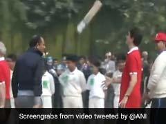 VIDEO: कनाडा के प्रधानमंत्री ने खेला क्रिकेट, हाथ में बल्ला लेकर उछालने लगे ऐसे