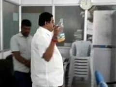कर्नाटक: कांग्रेस के पूर्व ब्लॉक प्रमुख ने दफ्तर में छिड़का पेट्रोल, आग लगाने की धमकी भी दी, देखें वीडियो