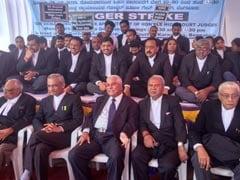 बेंगलुरु में धरने पर बैठे वकील, बोले- जजों की नियुक्तियां जल्द नहीं हुईं तो करेंगे हड़ताल