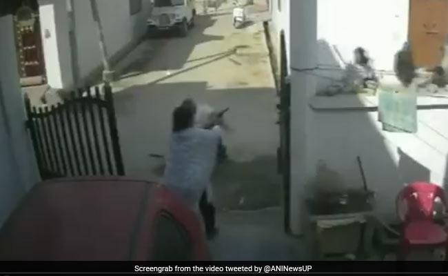 VIDEO: बाहर लोग कर रहे थे पति की पिटाई, पत्नी अंदर से ले आई गन और...
