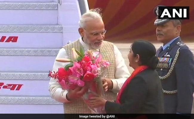 तीन पश्चिमी एशियाई देशों की यात्रा से भारत लौटे पीएम मोदी, सुषमा स्वराज ने किया स्वागत