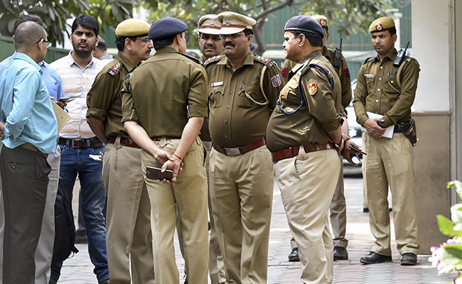 Armed Men Loot 18 Lakh From Stationary Shop In Delhi, 5 Arrested
