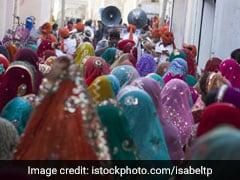 यूपी: महिला टीचरों को दी गई दुल्हन सजाने की जिम्मेदारी, मामला तूल पकड़ते ही आदेश हुआ रद्द
