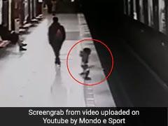 ट्रेन आने से पहले बच्ची गिरी रेलवे ट्रैक पर, सीसीटीवी में कैद हुआ ये खतरनाक VIDEO