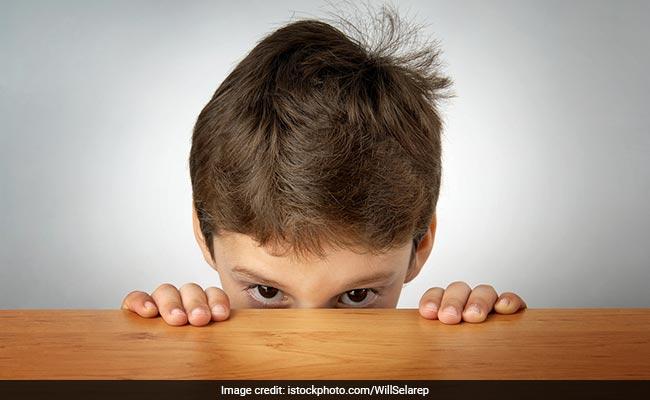 क्या आपका बच्चा भी शर्माता हैं? मार-पीटकर नहीं इस तरह से बनाएं Smart