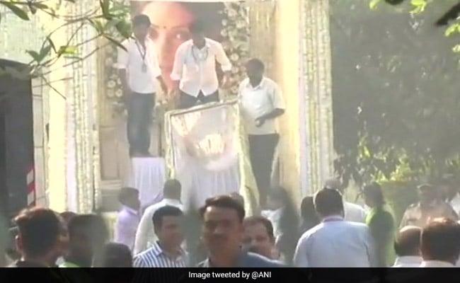Farewell, Sridevi: पंचतत्व में विलीन हुईं श्रीदेवी, राजकीय सम्मान के साथ हुआ अंतिम संस्कार