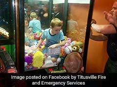 जब पसंदीदा खिलौने को लेने के लिए टॉय मशीन में ही फंस गया चार साल का बच्चा और...