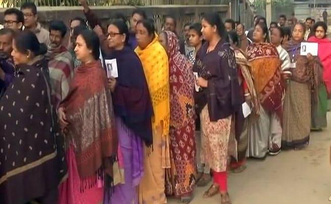 त्रिपुरा में विधानसभा चुनाव के लिए वोटिंग जारी, पत्नी के प्रेमी की आंखों में फेंका तेजाब, पढ़ें अब तक 5 बड़ी खबरें