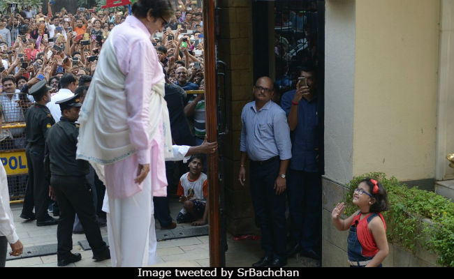 Amitabh Bachchans Sunday Was Made By A Tiny Fan Who Braved The Crowd