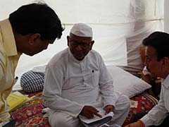 महाराष्ट्र सरकार के मंत्री से बातचीत के बाद अन्ना हजारे ने स्थगित किया अनशन