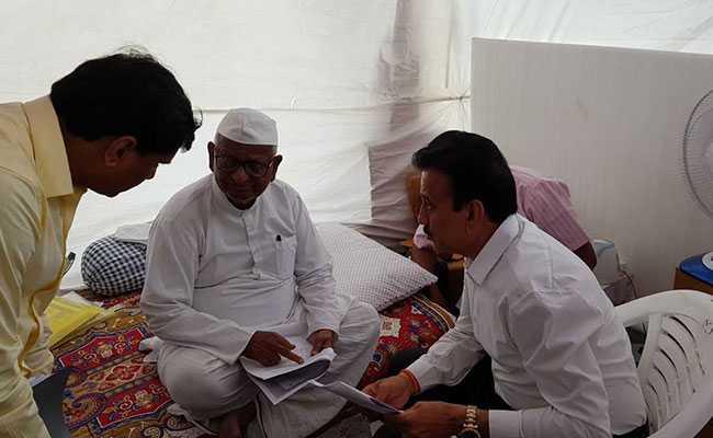 अन्ना हजारे का आंदोलन आज हो सकता है समाप्त, महाराष्ट्र के मंत्री ने की मुलाकात