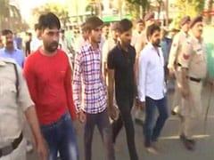 छात्रा से गैंगरेप करने वालों का निकला जुलूस, जूते-चप्पलों से की गई पिटाई