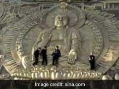 फोटो क्लिक कराने के लिए इन चीनी लोगों ने की शर्मनाक हरकत, बैठ गए मूर्ति के सिर पर