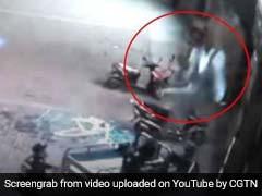 VIDEO: जब इमारत से गिर रही महिला को बचाने 'सुपरहीरो' बन आ गया यह पुलिसवाला