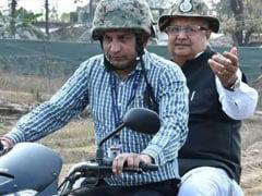धुर नक्सल क्षेत्र में इंजीरम-भेज्जी सड़क पर मोटर साईकल से की सीएम डॉ रमन सिंह ने की यात्रा
