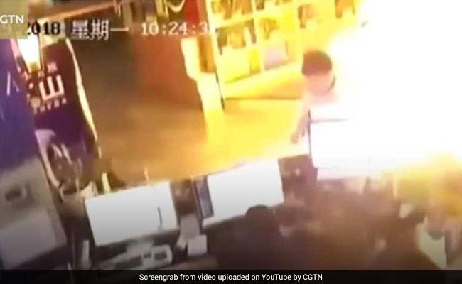 VIDEO: इंटरनेट कैफे में BOMB बना फ्रिज, धमाका हुआ तो देखिए क्या हुआ