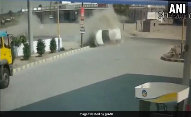 WATCH: डिवाइडर से टकराकर हवा में पलटी कार, CCTV में कैद हुआ पूरा हादसा