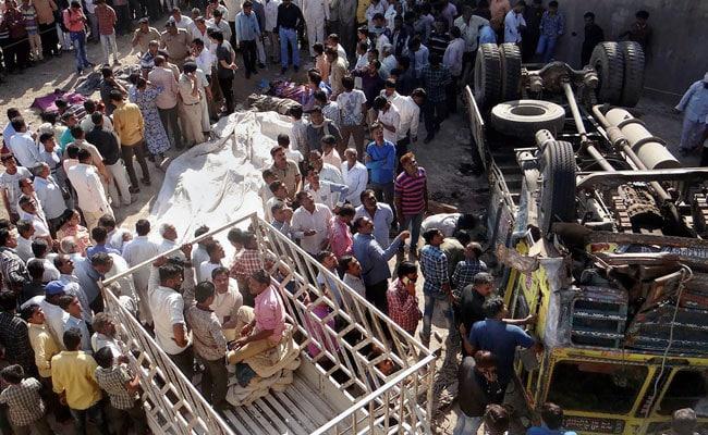 गुजरात के भावनगर में बेकाबू ट्रक पुल से नीचे गिरा, 30 बारातियों की मौत