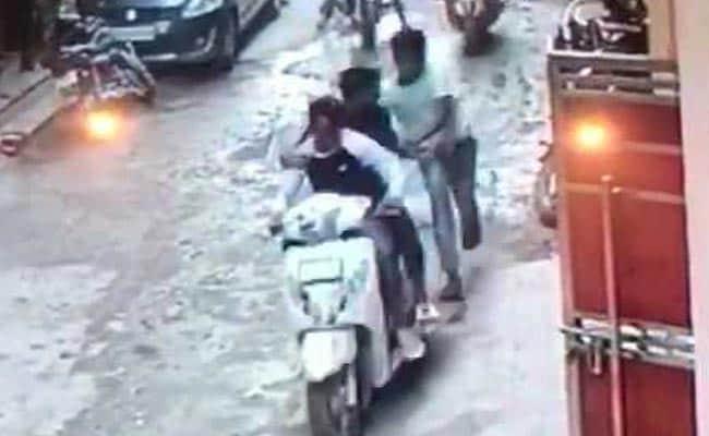 दिल्ली:  युवक को एक के बाद एक 50 से ज्यादा बार चाकू मारा, CCTV में कैद हुई वारदात