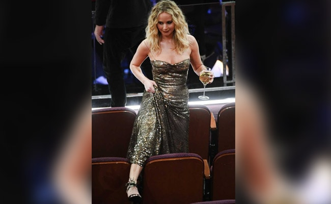 Oscars 2018: Viral - Jennifer Lawrence Climbing Over Chairs While Holding A Wine Glass
