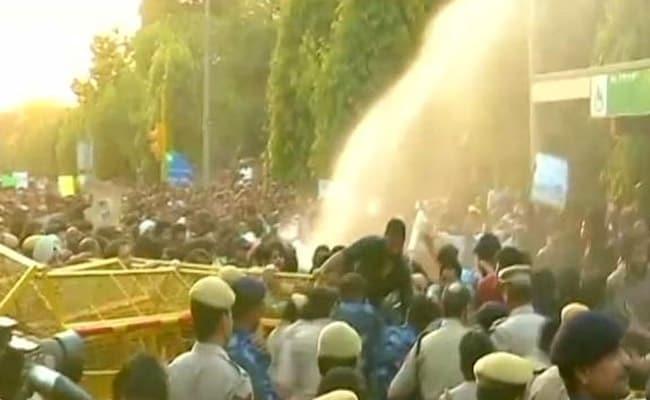 JNU छात्रों और पुलिस में झड़प, वाटर कैनन का इस्तेमाल, मार्च को INA के पास रोका