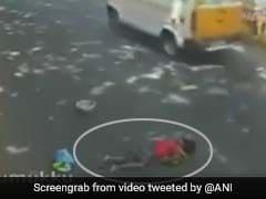 शर्मनाक: एक्सीडेंट के बाद रोड पर तड़पती रही बूढ़ी महिला, लोग देखते रहे तमाशा