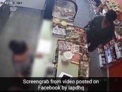 VIDEO: महिला ने निकाला चोरी करने का नया तरीका, हुलिया बदलकर आई और तान दी बंदूक