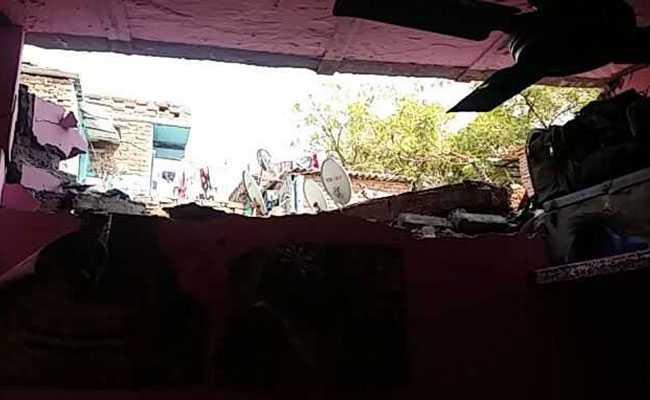 दिल्ली : रसोई गैस जलाते ही घर की छत उड़ गई, नौ व्यक्ति घायल