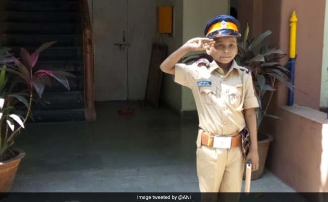 7 साल के केंसर पेशेंट को मुंबई पुलिस ने बनाया एक दिन का इंस्पेक्टर, वर्दी पहन संभाली गद्दी
