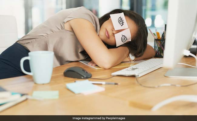 क्यों हर किसी को दिन में काम के बीच 'Napping' लेनी चाहिए, जानें वजह
