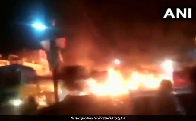 VIDEO: पेट्रोल पंप पर लगी आग तो लोगों को बचाने के लिए जलता ट्रक लेकर भागा ड्राइवर