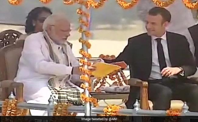 नाव में बैठकर फ्रांस के राष्ट्रपति ने पीएम मोदी के साथ देखा वाराणसी के घाटों का नजारा, गंगा आरती में होंगे शामिल