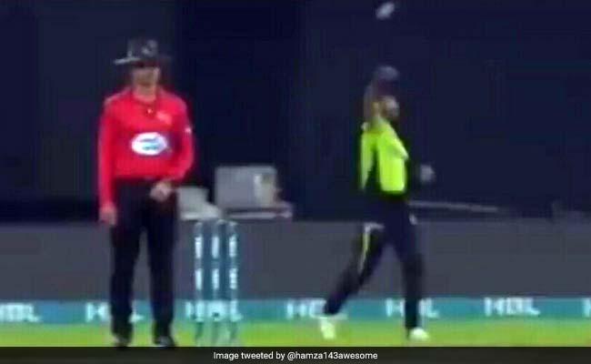 PSL: मजेदार वाकया..जब फील्डर का ध्यान आकर्षित करने के लिए बॉलर ने उसकी ओर फेंकी गेंद, देखें VIDEO