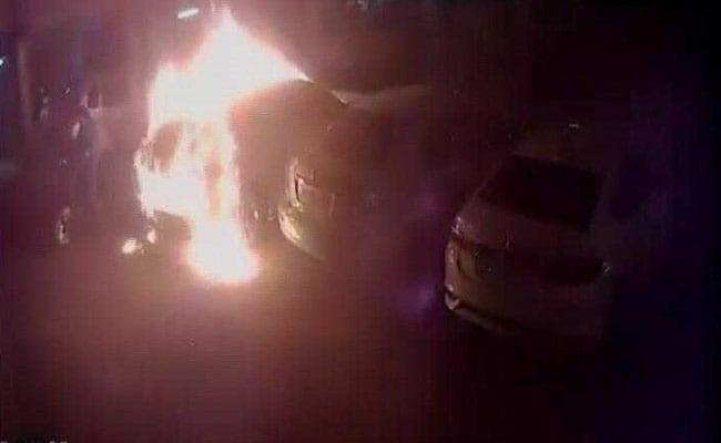 VIDEO: जब पार्किंग में खड़ी 50 लाख की ऑडी कार चंद सेकेंड में ही धू-धू कर जली