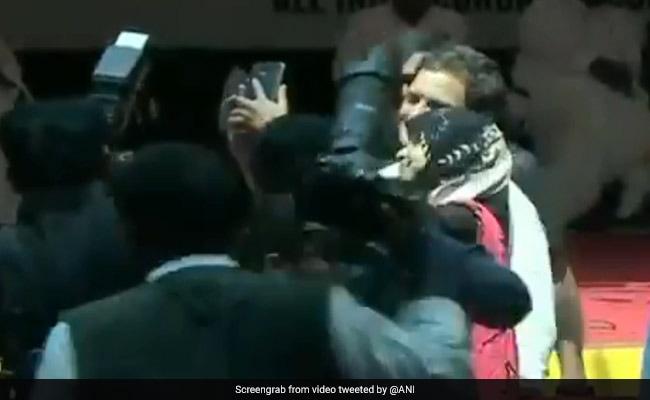 कर्नाटक : मैसूर में छात्रा के साथ कांग्रेस अध्यक्ष राहुल गांधी ने खिंंचवाई सेल्फी