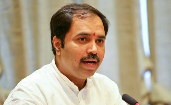 महाराष्ट्र : मंत्री जी का कर्ज माफ? विपक्ष ने सीएम फडणवीस पर उठाए सवाल