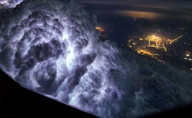 PHOTOS: आसमान से ऐसे दिखते हैं बादल और धरती, पहले नहीं देखीं होंगी ऐसी खूबसूरत तस्वीरें