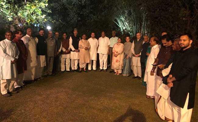 सोनिया गांधी के डिनर में 20 दलों के नेता हुए शामिल, विपक्षी पार्टियों को एकजुट करने की कोशिश