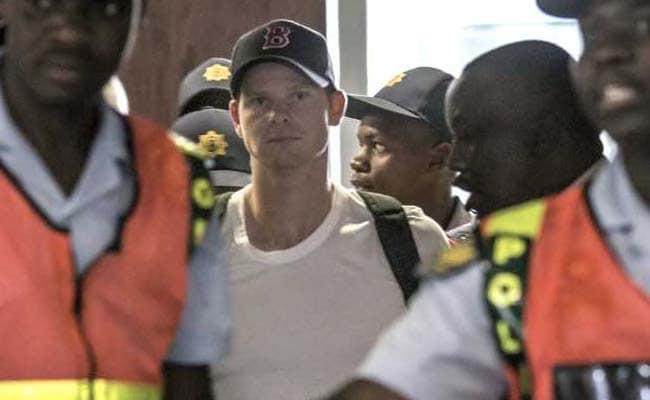 बॉल टैम्परिंग विवाद: एयरपोर्ट पर स्टीव स्मिथ की क्रिकेटप्रेमियों ने की जमकर हूटिंग, देखें VIDEO