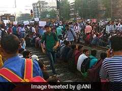 रेलवे में नौकरी की मांग: छात्रों ने मुंबई में ट्रेन का चक्का किया जाम, लाखों यात्री परेशान