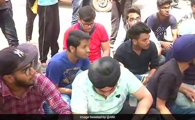 दिल्ली :  पेपर लीक होने के विरोध में छात्रों ने सीबीएसई कार्यालय के सामने किया प्रदर्शन