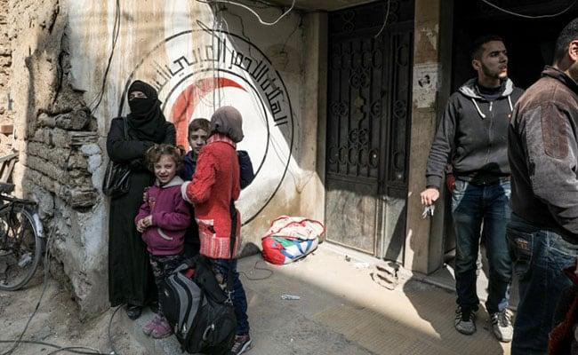 सीरिया के डौमा में विद्रोहियों के कब्जे से रिहा लोगों का पहला जत्था दमिश्क पहुंचा