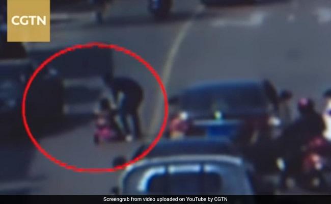तेज रफ्तार में निकल रही थीं गाड़ियां, अचानक 3 साल का बच्चा पहुंच गया साइकल लेकर, देखें फिर क्या हुआ