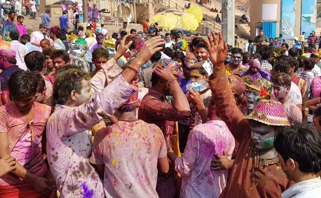 उत्तरप्रदेश: होली के रंग में डूबे काशीवासी, शहर में जमकर हुई मस्ती, देखें तस्वीरें