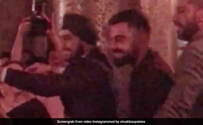 VIDEO: विराट कोहली ने किया 'कजरारे' पर डांस, शादी में लगाते दिखे ठुमके