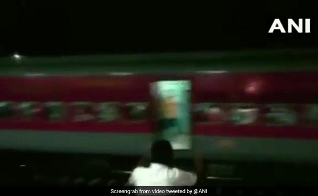 VIDEO: बिना इंजन के दौड़ी ट्रेन, बाहर से चीखते दिखे लोग- चेन खीचो...