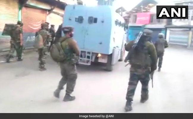 जम्मू-कश्मीर के पुलवामा में सेना और आतंकियों के बीच मुठभेड़ जारी