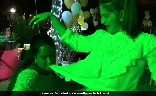 सलमान खान की नकल करती दिखीं उनकी छोटी बहन, एक्ट्रेस का टॉप मुंह में दबाकर यूं किया डांस; देखें Video