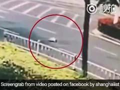 10 महीने का बच्चा गिर गया चलती कार से, देखें ये खतरनाक वीडियो